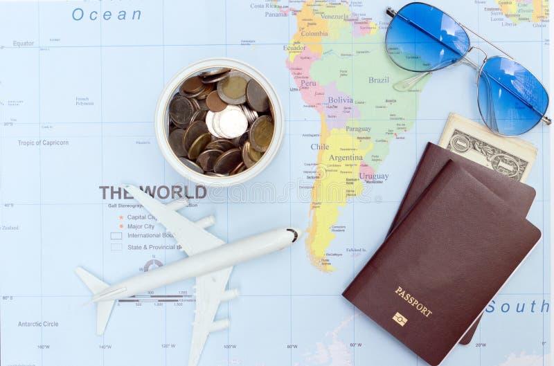 Reisconcept met het paspoortzonnebril van het plangeld royalty-vrije stock foto's