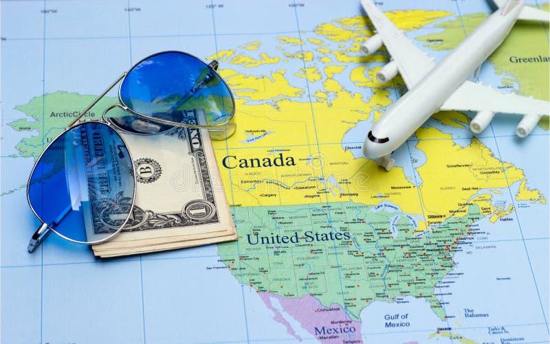 Reisconcept met het paspoortzonnebril van het plangeld stock afbeelding