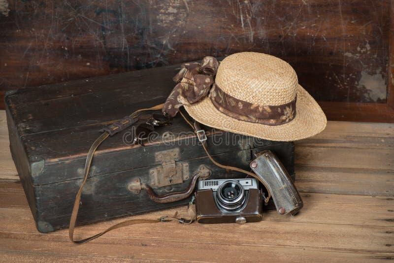 Reisconcept met Uitstekende koffer oude camera op houten vloer royalty-vrije stock afbeelding