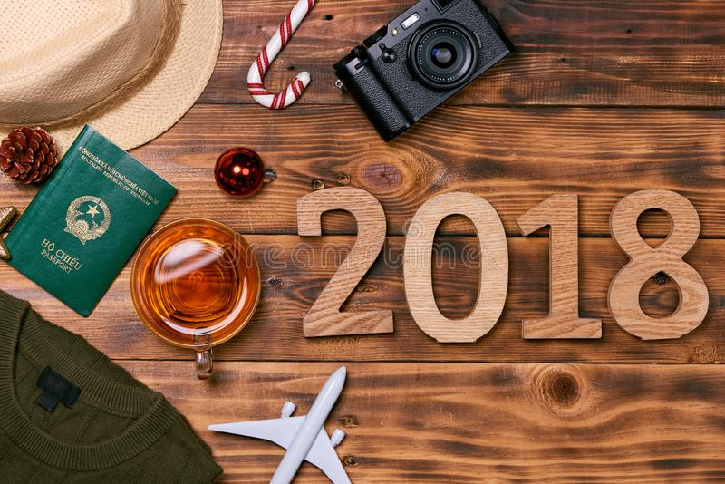 Reisconcept op houten lijst Kerstmisdecoratie, camera, Vi royalty-vrije stock afbeeldingen