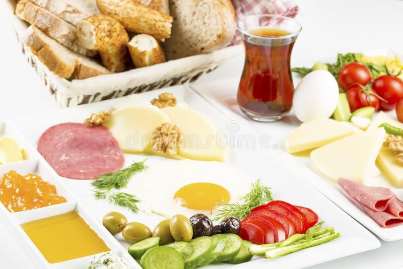 Reisconcept: opstelling met traditioneel heerlijk Turks ontbijt royalty-vrije illustratie