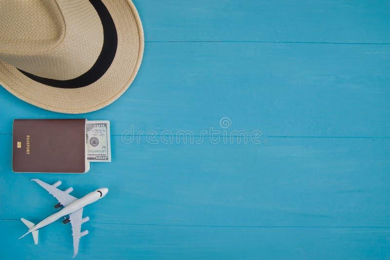 Reisconcept: Vlak leg van strohoed, paspoort met geld, pla royalty-vrije stock fotografie