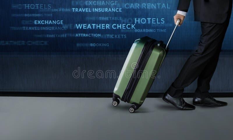 Reisconcept, Zakenman met bagagegang binnen luchthavendepartement stock afbeelding