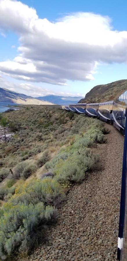 Reise über Kanada durch Zug für erstaunliche Ansichten des Kanadiers Rocky Mountains stockfotos
