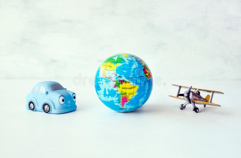 Reise, Abenteuer, Ferienkonzept Gelbes Flugzeug des Spielzeugs, blau stockbilder