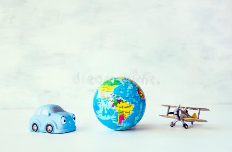 Reise, Abenteuer, Ferienkonzept Gelbes Flugzeug des Spielzeugs, blau lizenzfreies stockbild