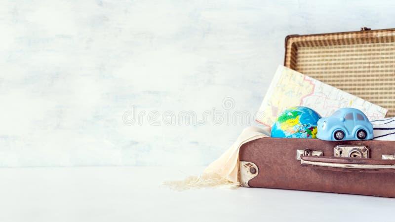 Reise, Abenteuer, Ferienkonzept Retro- Koffer Browns mit t stockfotografie