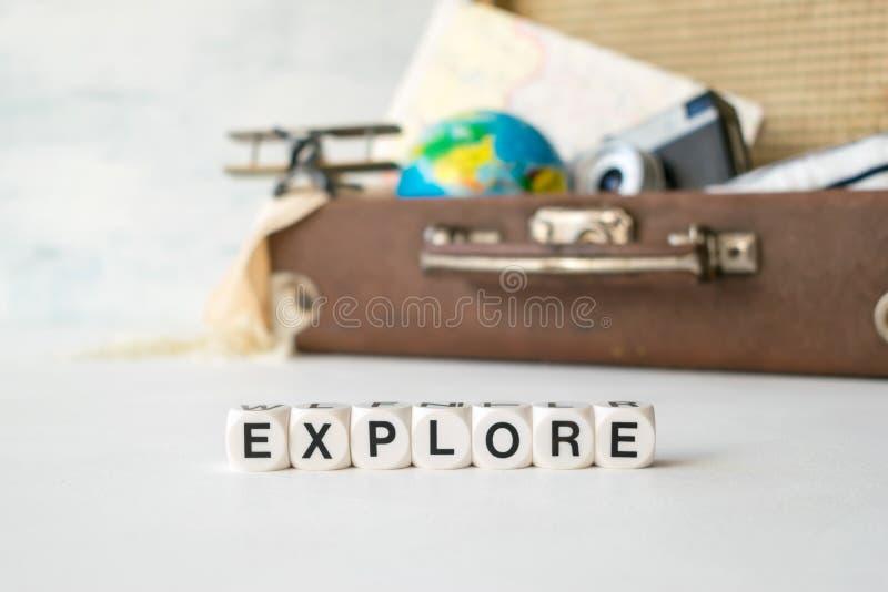 Reise, Abenteuer, Ferienkonzept Retro- Koffer Browns mit t lizenzfreie stockfotografie