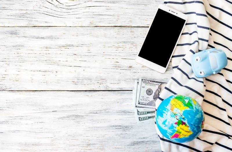 Reise, Abenteuer, Ferienkonzept Smartphone, Dollargeld, t lizenzfreie stockfotografie