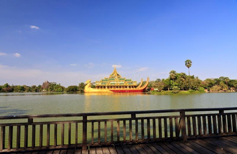 Reise Asien: Karaweik Palast in Yangon, Myanmar stockfotos