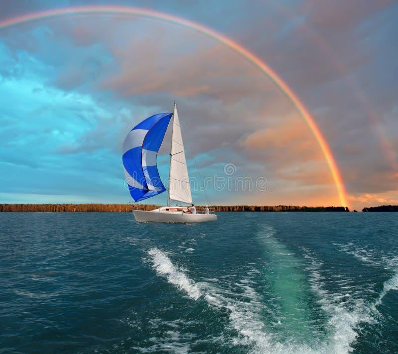 Reise auf einem Segelboot Junge Frau auf dem Strand von Formentera-Insel stockfotografie