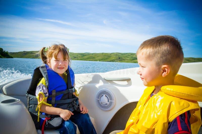 Reise der Kinder auf Wasser im Boot stockfoto