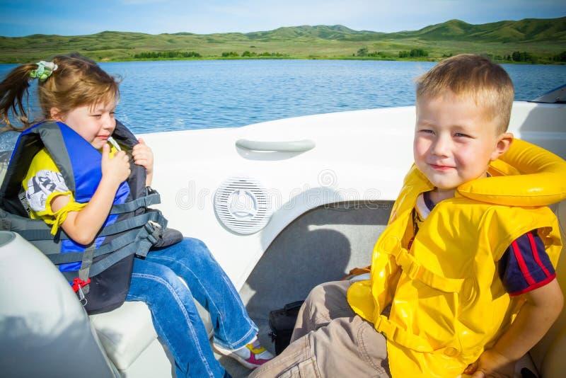 Reise der Kinder auf Wasser im Boot lizenzfreies stockfoto