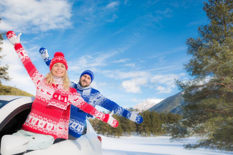 Reise des glücklichen Paars mit dem Auto im Winter stockbild