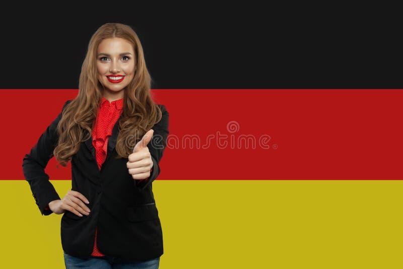 Reise in Deutschland-Konzept H?bsche Frau, die sich Daumen zeigt lizenzfreie stockfotografie