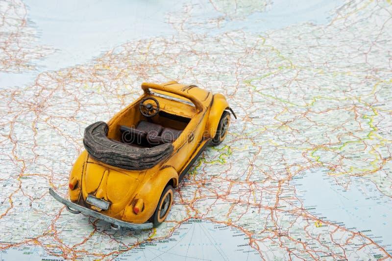 Reise durch Auto. Ein Spielzeugauto auf der Karte lizenzfreies stockfoto