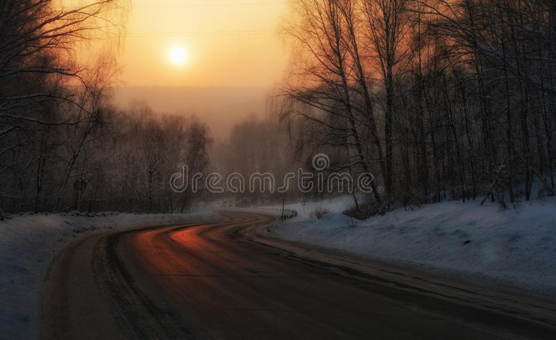 Reise durch Sibirien Sonnenuntergang auf dem Weg stockbilder