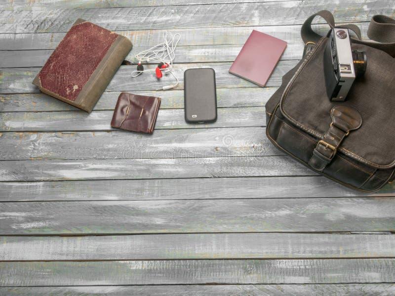 Reise-Kleidung man's Zubehörkleid entlang auf hölzernem floo lizenzfreie stockfotos