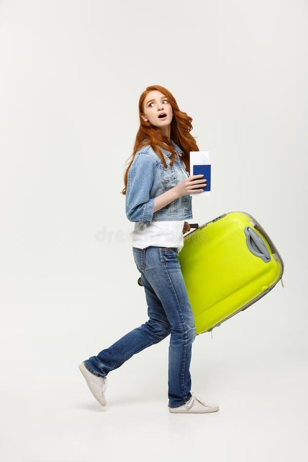 Reise-Konzept: die jungen kaukasischen Frauen, die grünen Koffer zwischen halten, gehen zum Flughafen lizenzfreie stockfotografie