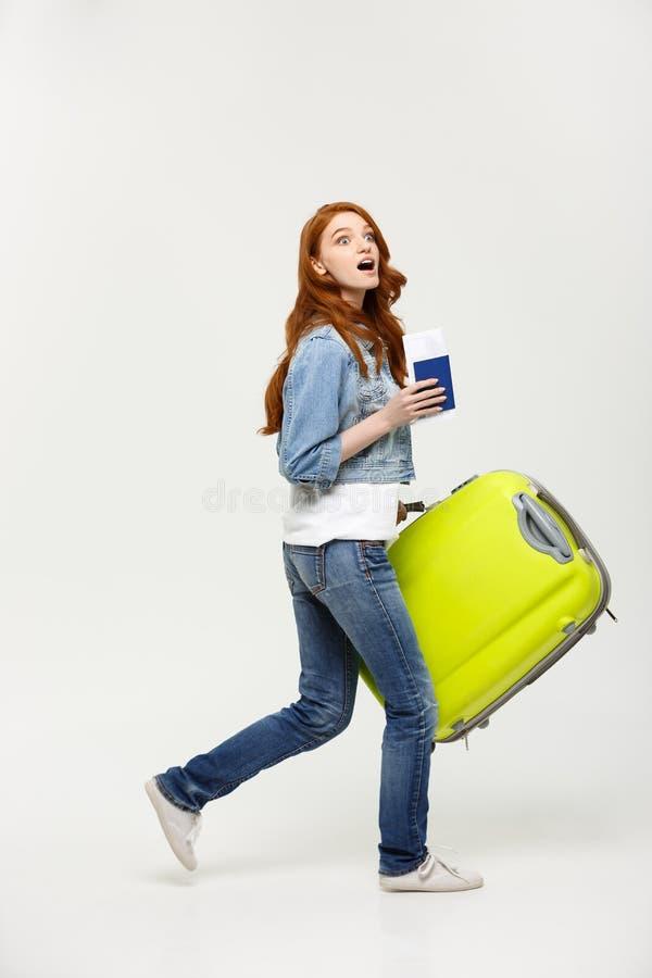 Reise-Konzept: Junge glückliche überraschte Schönheit in voller Länge, die grünen Koffer über weißem Hintergrund hält stockbilder