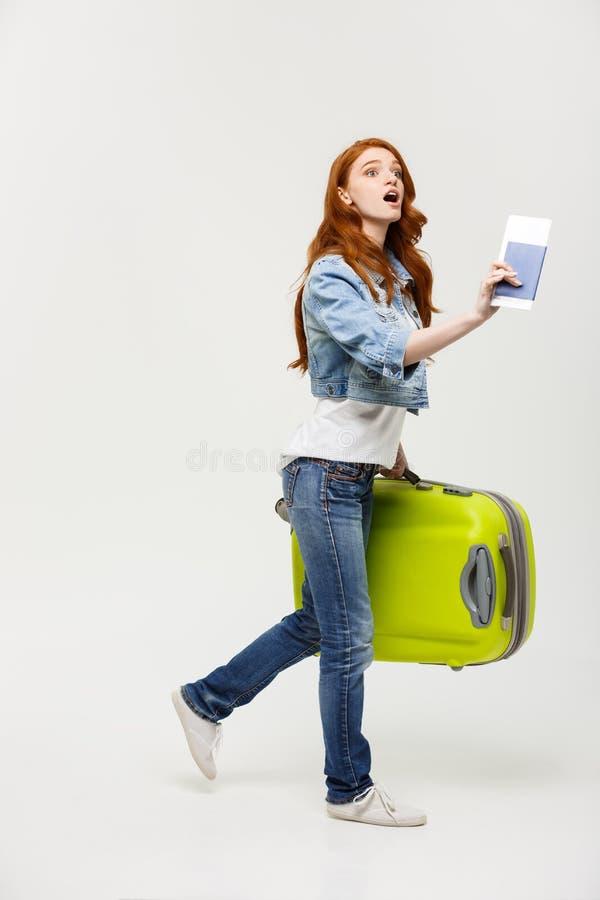 Reise-Konzept: Junger kaukasischer Frauenreisender mit dem Koffer lokalisiert auf weißem Hintergrund lizenzfreie stockfotos