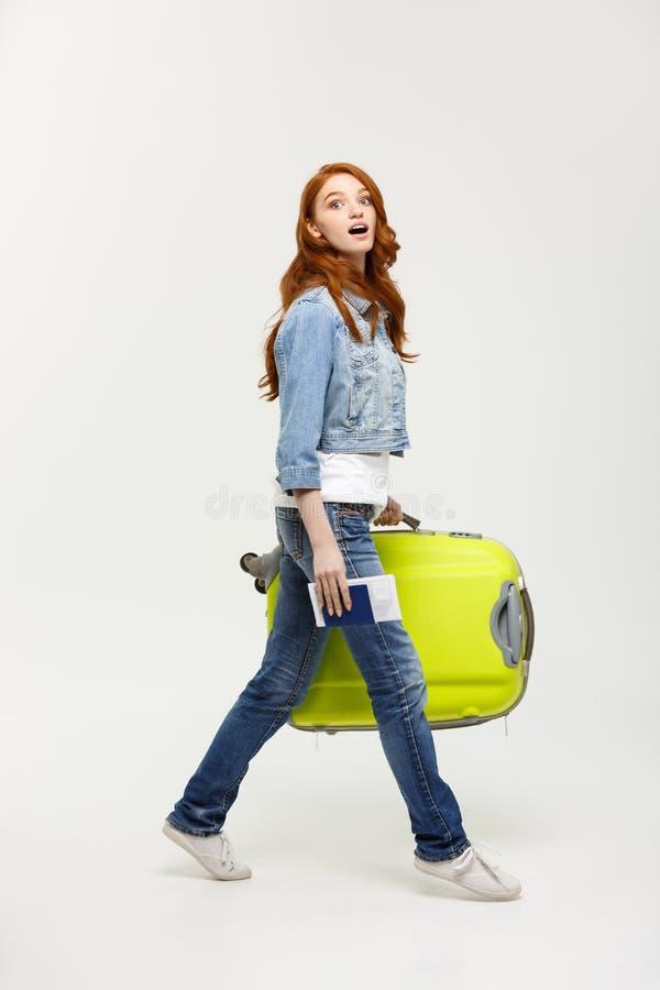 Reise-Konzept: Junger kaukasischer Frauenreisender mit dem Koffer lokalisiert auf weißem Hintergrund stockbild