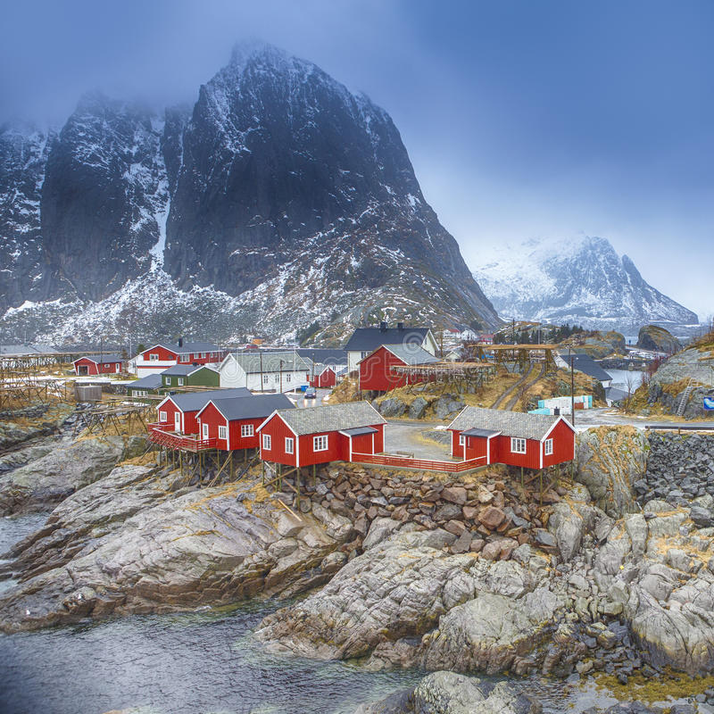 Reise-Konzepte und Ideen Traditionelles Fischen-Hütten-Dorf in Hamnoy-Bergspitze in Lofoten-Inseln, lizenzfreie stockfotografie
