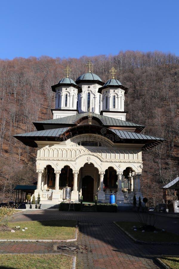 Reise nach Rumänien: Neue Kirche Lainici-Klosters stockfotografie