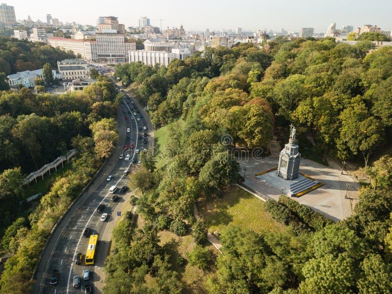 Reise nach Ukraine - Vogelperspektive zum Heiligen Vladimir Monument in Kiew-Stadt und in der Ansicht des städtischen Park Volody stockfoto