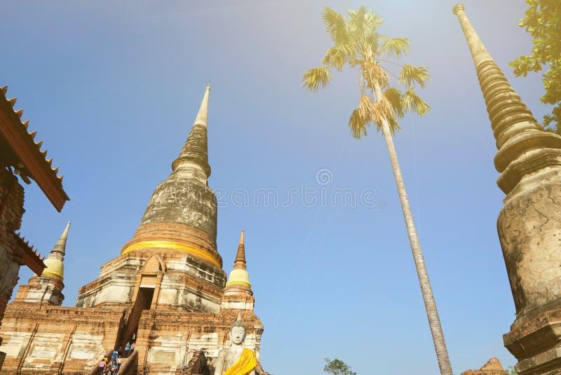 Reise Thailand - Pagode in Wat Yai Chaimongkol auf Hintergrund des blauen Himmels und der Wolke, stockfoto