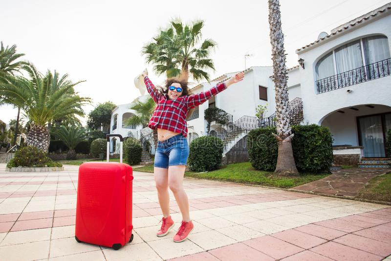 Reise, Tourismus, Gefühle und Leutekonzept - glückliche junge Frau, die den Spaß herum täuscht in einem Hut und in sonnigen Gläse lizenzfreie stockbilder