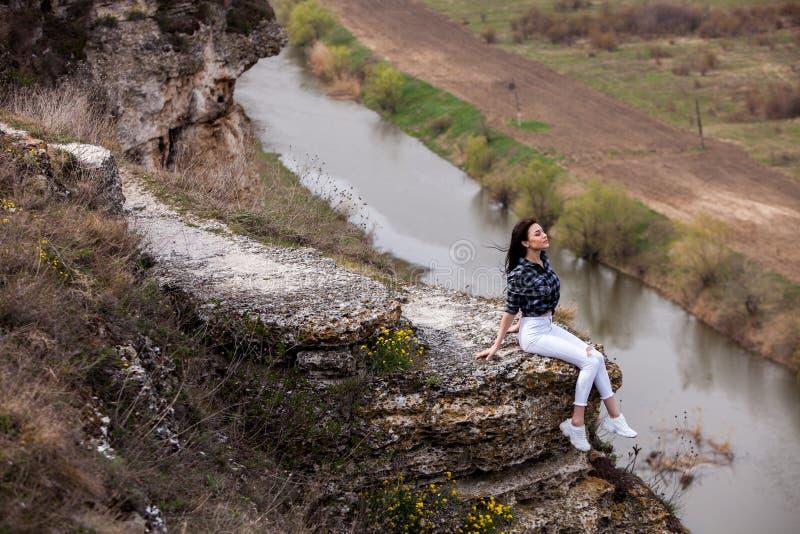 Reise-touristische gl?ckliche Frau Reise- und Wanderlustkonzept, das atmosph?rischen Moment ?berrascht Gl?ckliches Frauenreisen A lizenzfreies stockbild