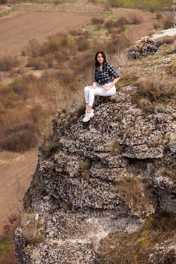 Reise-touristische gl?ckliche Frau Reise- und Wanderlustkonzept, das atmosph?rischen Moment ?berrascht Gl?ckliches Frauenreisen A stockfotografie