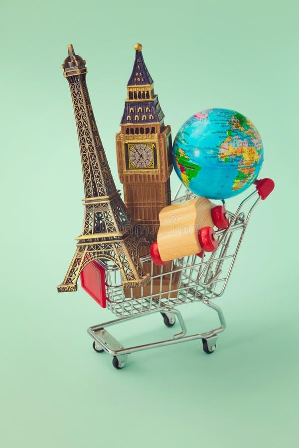 Reise um das Weltkonzept Warenkorb mit Andenken aus der ganzen Welt Retro- Filtereffekt lizenzfreie stockfotografie