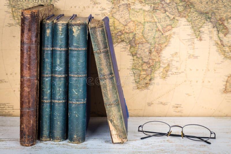 Reise- und Bildungskonzept Alte Bücher und Gläser, Retro- Karte b stockbild