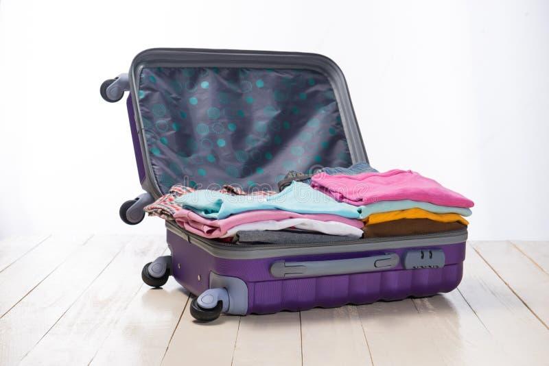 Reise- und Ferienkonzept Öffnen Sie Reisender ` s Tasche mit Kleidung, lizenzfreies stockbild