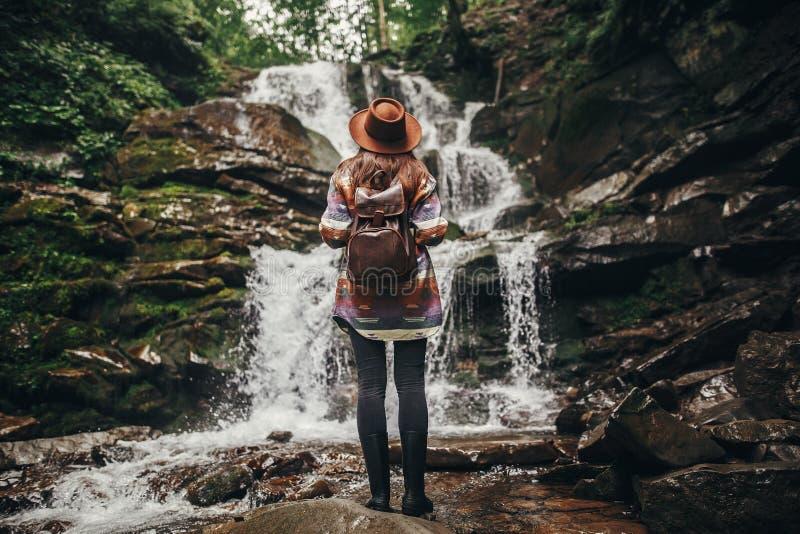 Reise- und Wanderlustkonzept stilvolles Hippie-Mädchen im Hut mit stockbild