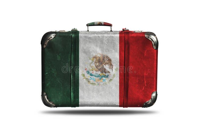 Reise-Weinlese-lederner Koffer mit Flagge von Mexiko lokalisierte auf weißem Hintergrund stockfotografie