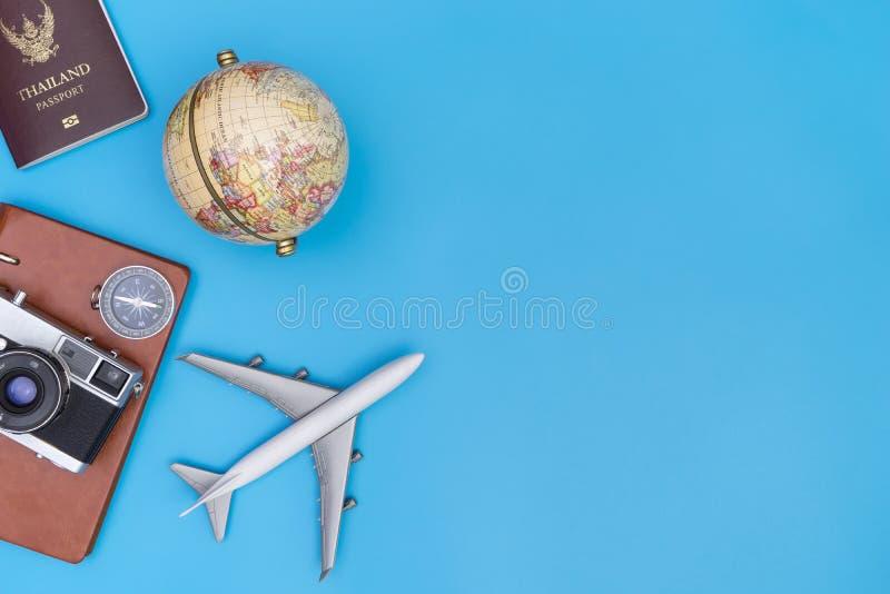 Reise wendet auf blauem Kopienraum für Reisekonzept ein stockfotografie