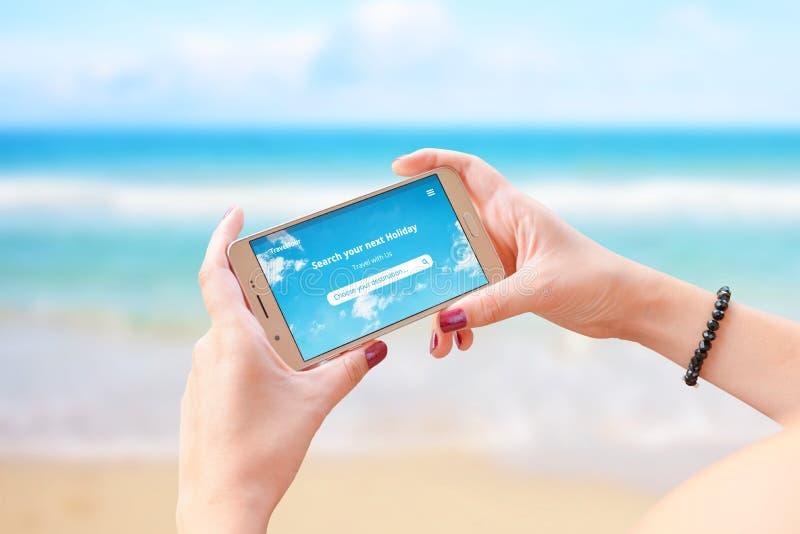 Reiseausflug Appkonzept am intelligenten Telefon in der Frauenhand Konzept der Reisezielsuche online und der Buchungsanpassung stockfoto