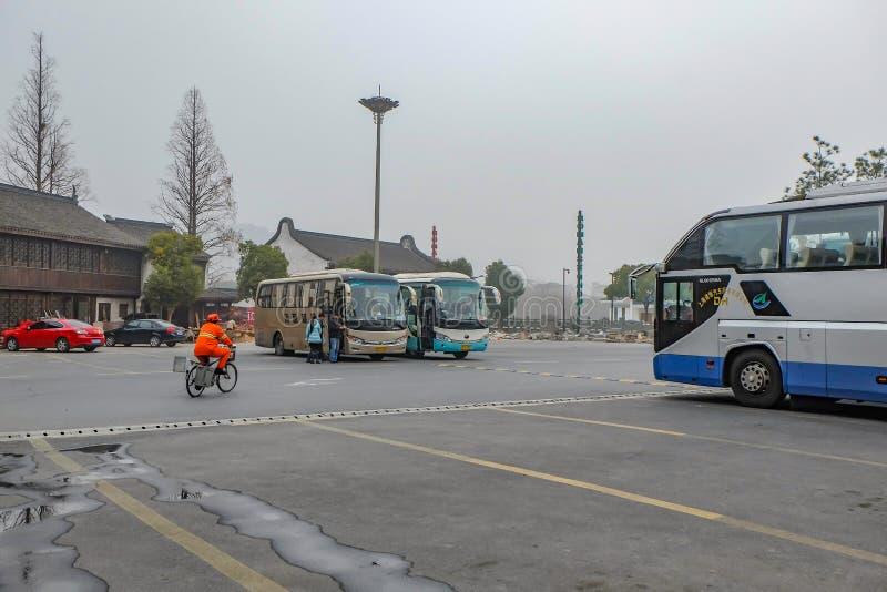 Reisebuspark auf dem carpark Gebiet für Touristen im Hangzhou-Stadtporzellan am nebeligen Tag lizenzfreies stockbild