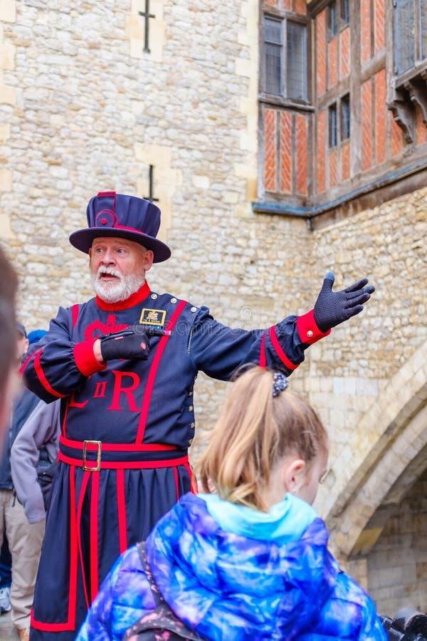 Reiseführer am Tower von London lizenzfreie stockbilder