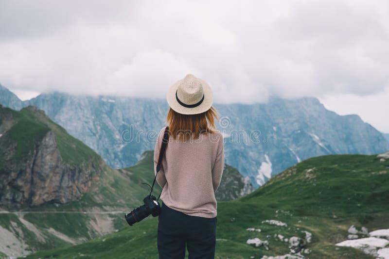 Reisefreiheitslebensstil der jungen Frau entspannender im Freien mit Berg lizenzfreie stockfotografie
