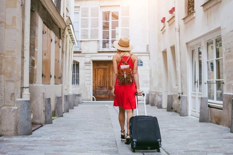 Reisehintergrund, Frauentourist, der mit Koffer auf der Straße in der europäischen Stadt, Tourismus geht stockbild