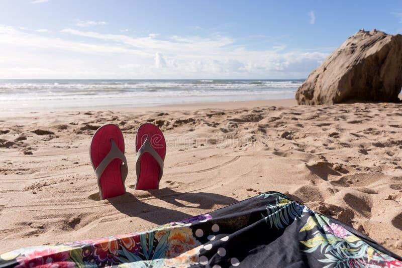 Reisehintergrund mit PaarFlipflops im Sand lizenzfreies stockfoto