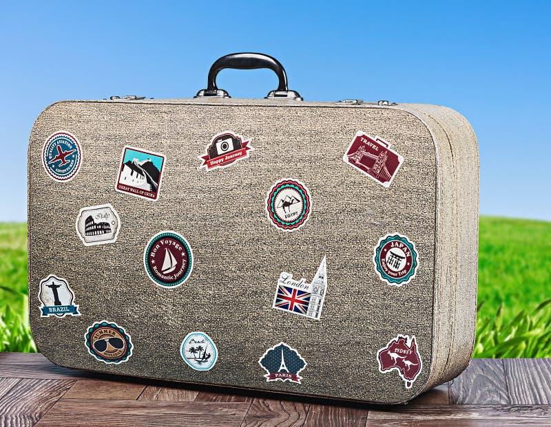 Reisekoffer auf Hintergrund mit Gras stockbild