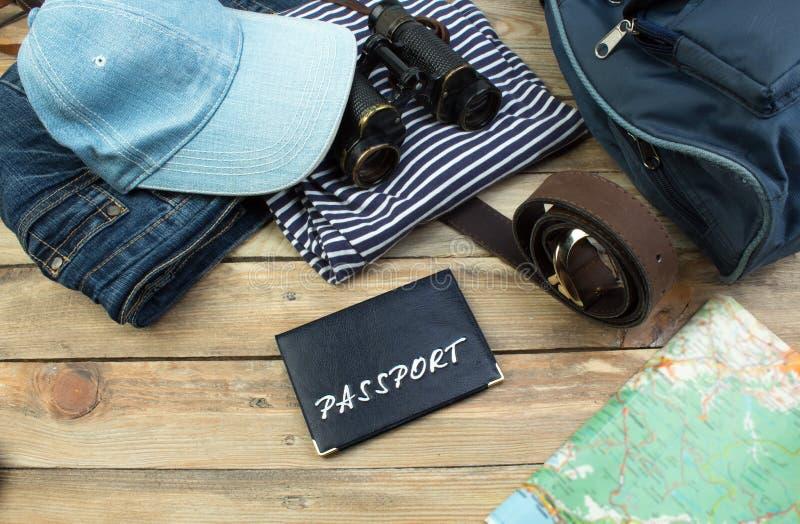 Reisekonzept auf Holztisch Draufsichtbild des Reisezubehörs mit gewaschenem heraus Weinlesefiltereffekt stockfotos