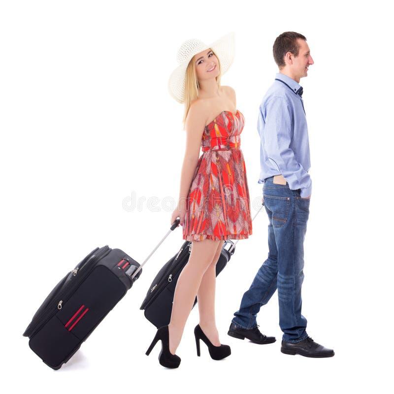 Reisekonzept - Seitenansicht von jungen Paaren mit Koffer isolat stockbild