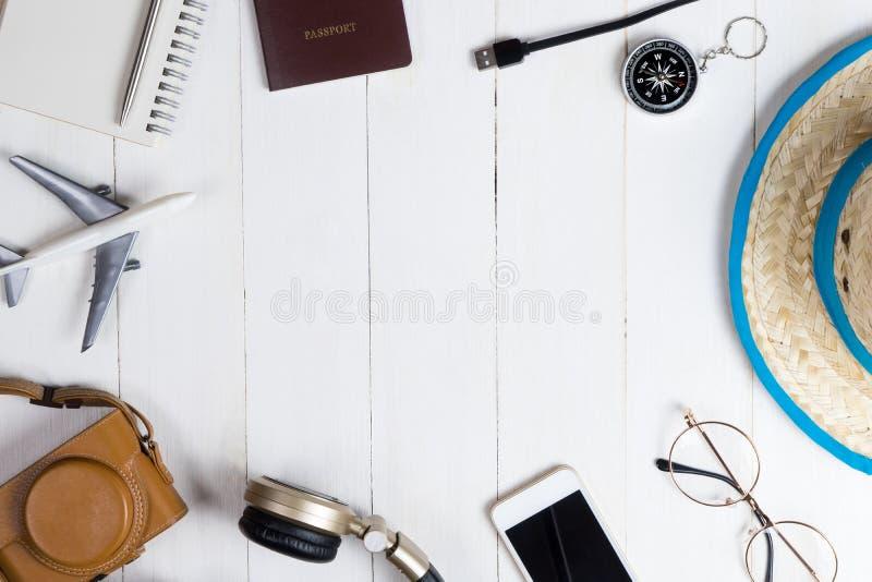 Reisemode und -Zubehör auf Weiß stockbild