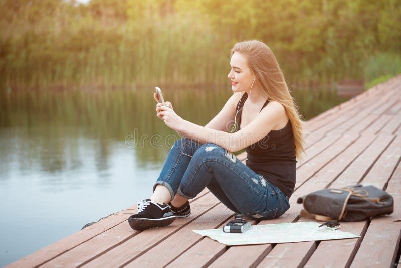 Reisen der recht jungen Frau lizenzfreie stockfotos